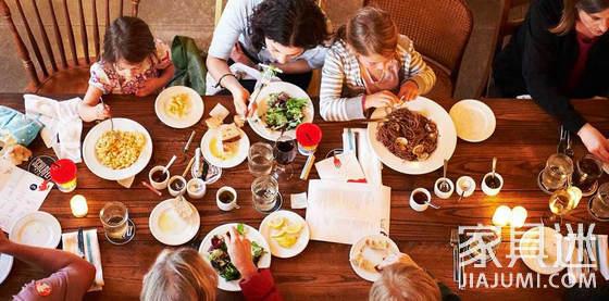 意大利人和家人共享午餐